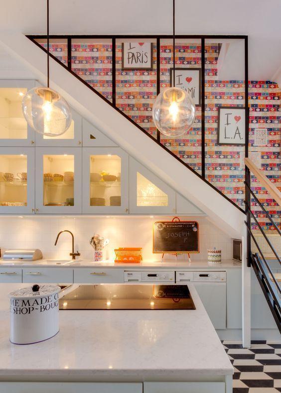 làm tủ bếp dưới cầu thang