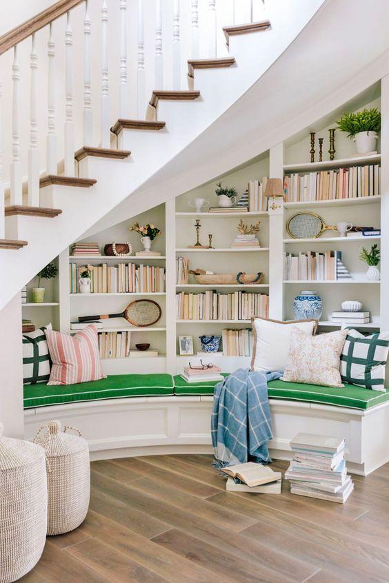 tủ sách dưới gầm cầu thang