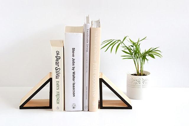 Dùng chặn sách để bàn sáng tạo